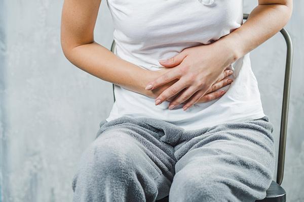 tác hại của tỏi đen gây nên hiện tượng buồn nôn da day kho chiu va nong trong